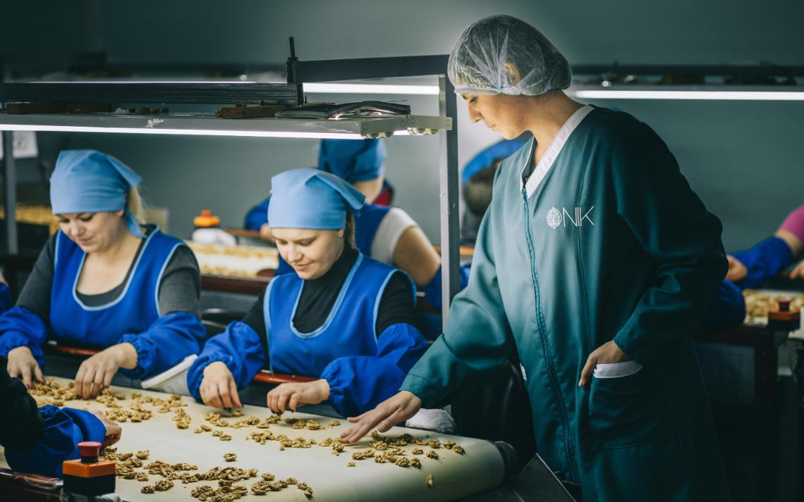 на фото грецкий орех который перебирают женщины
