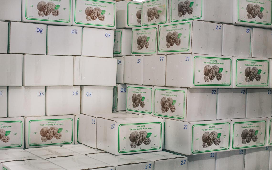 на фото ящики в которые упакован ядро грецкого ореха